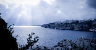 Blauer Einbruch der Nacht auf dem Meer in Antalya Stockfotografie