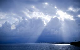 Blauer Einbruch der Nacht auf dem Meer in Antalya Lizenzfreie Stockfotos