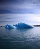 Blauer Eisberg lizenzfreie stockfotos