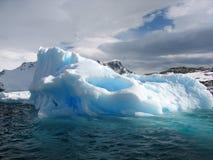 Blauer Eisberg stockbild