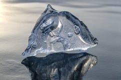 Blauer Eiszapfenpyramidenkristall auf Baikal-Eis, Nahaufnahme Lizenzfreies Stockbild
