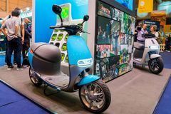 Blauer elektrischer Roller lizenzfreie stockfotografie