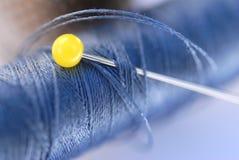 Blauer Faden und gelber Stift Lizenzfreie Stockfotografie