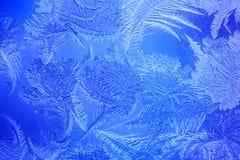 Blauer Farbenfrost auf dem Fenster Stockfoto
