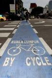 Blauer farbiger Fahrradweg im Kuala Lumpur-Stadtzentrum stockfoto