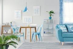 Blauer flacher Innenraum mit Galerie stockfoto