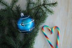 Blauer Flitter auf Weihnachtsbaum und Zuckerstangen Stockfotos