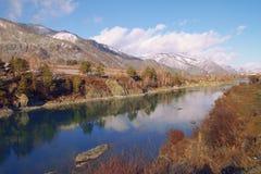 Blauer Fluss, der in den Abstand verschwindet Stockfoto