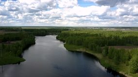 Blauer Fluss umgeben durch grüne dichte Wälder gegen Dorf stock video