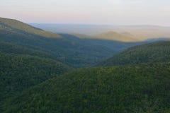 Blauer Frühsommer Ridge Expanses Stockfoto