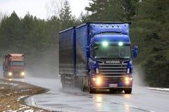 Blauer Fracht-Transport Scanias R620 in den Schneefällen Lizenzfreie Stockfotos