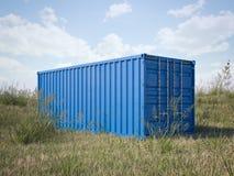Blauer Frachtbehälter auf einem Gebiet Wiedergabe 3d Stockbilder