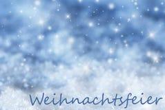 Blauer funkelnder Hintergrund, Schnee, Weihnachtsfeier bedeutet Weihnachtsfest Stockfotos