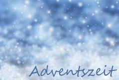Blauer funkelnder Weihnachtshintergrund, Schnee, Adventszeit bedeutet Advent Season Stockbild