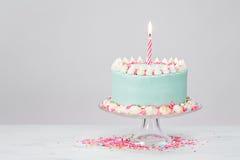 Blauer Geburtstags-Pastellkuchen über weißem Hintergrund stockfotografie
