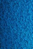 Blauer gehämmerter Metallhintergrund, abstrakte metallische Beschaffenheit, Blatt O stockfotografie
