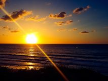Blauer gelber Sonnenuntergang lizenzfreie stockfotografie