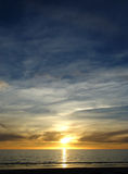 Blauer gelber Sonnenuntergang Stockfotografie