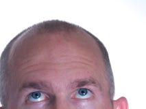 Blauer gemusterter kahler Mann, der oben 2 schaut Lizenzfreies Stockbild