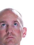 Blauer gemusterter kahler Mann, der oben schaut Stockfotos