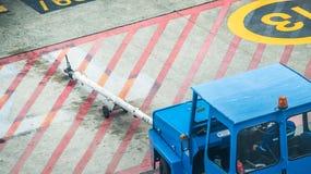 Blauer GepäckAbschleppwagen am Flughafen Stockfotos
