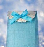 Blauer Geschenk-Beutel mit Bogen Stockbilder