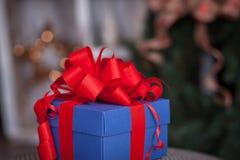 Blauer Geschenkkasten mit rotem Farbband Abbildung kann als Hintergrund benutzt werden Lizenzfreies Stockfoto