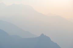 Blauer getonter entfernter Gebirgszug der Alpen mit Profil St. Michel Abbey an der Unterseite Torino-Provinz, Piemont, Italien Te Stockbild