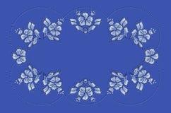 Blauer gewellter Rahmen von Perlen und Muster von blauen Blumen und von Blättern für Stickerei auf Tischdecke Stockfoto