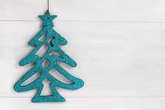 Blauer GlanzWeihnachtsbaum auf weißem hölzernem Hintergrund mit Kopienraum Lizenzfreies Stockfoto
