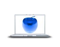 blauer Glasapfel 3D auf Laptop Lizenzfreie Stockfotografie