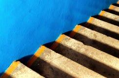 Blauer glatter Beton und Schritte des Alterns des gelben Betons schafft eine diagonale AB Stockfotos