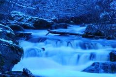 Blauer glatter Wasserfall Stockfotografie