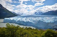Blauer Gletscher im Sonnenlicht stockbild