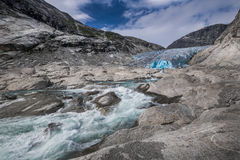 Blauer Gletscher mit Fluss Nigardsbreen in Norwegen Stockfoto