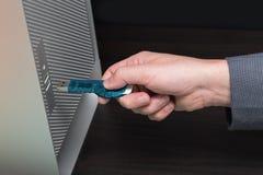 Blauer greller Antrieb schloss an einen grauen Computer an Stockbilder