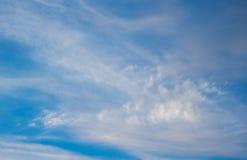 Blauer grenzenloser Himmel mit den flaumigen Wolken Stockfotografie