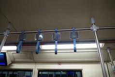 Blauer Griff auf einem Zug stockbild