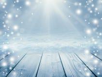 Blauer hölzerner Hintergrund und Winter Leere Tabelle und Blizzard Chr Stockfotos