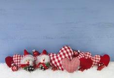 Blauer hölzerner Weihnachtshintergrund mit Schokoladenkuchen und Rot überprüfte ihn Lizenzfreies Stockbild
