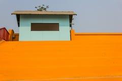 Blauer Hütten- und bulehimmel Stockfoto