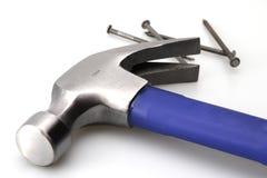 Blauer Hammer und Nägel lizenzfreie stockbilder