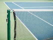 Blauer Hartplatz des Tennis mit Netz vor Wettbewerb am sonnigen Tag Stockbild