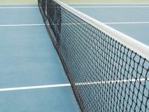 Blauer Hartplatz des Tennis mit Netz vor Wettbewerb am sonnigen Tag Lizenzfreie Stockbilder