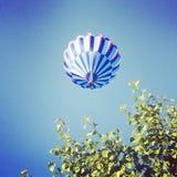 Blauer Heißluft-Ballon Stockfoto