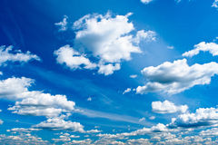 Blauer heller Himmel mit weißen Wolken Stockbild