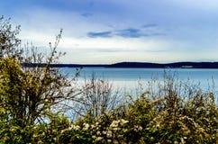 Blauer Himmel über Ansicht der Bucht Stockfoto