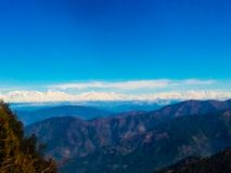 Blauer Himmel über blauen Wolken auf blauen Berghügeln stock abbildung