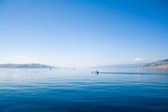 Blauer Himmel über dem blauen Meer Lizenzfreies Stockbild