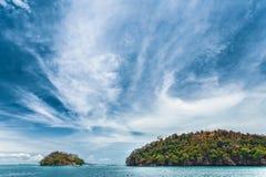 Blauer Himmel über dem Ozean und den Klippen thailand lizenzfreies stockfoto